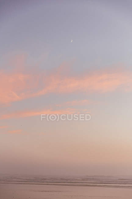 Amazing natural background with pastel sky over gray sea — Photo de stock