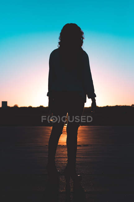 Silhouette photography of standing woman during sunset — Photo de stock
