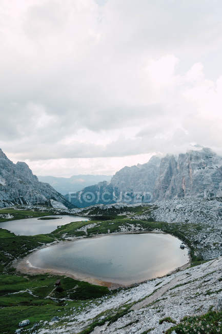 Beautiful small lakes and majestic rocky mountains at cloudy day — Photo de stock