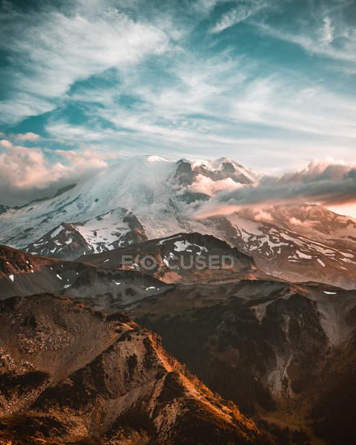 Vista aérea de hermosas montañas escénicas cubiertas de nieve - foto de stock