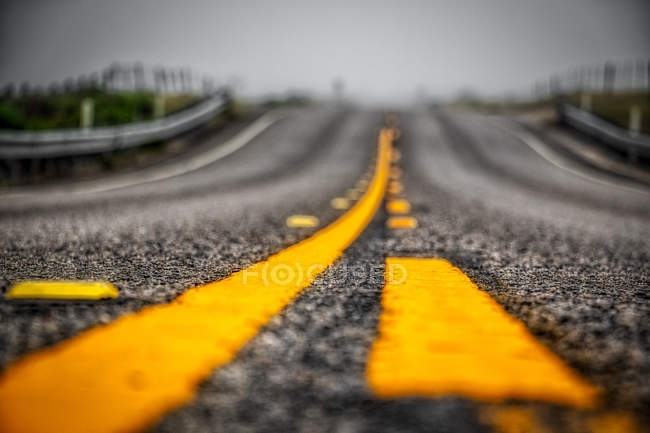 Tilt shift focus photography of road with bright yellow lines — Stock Photo