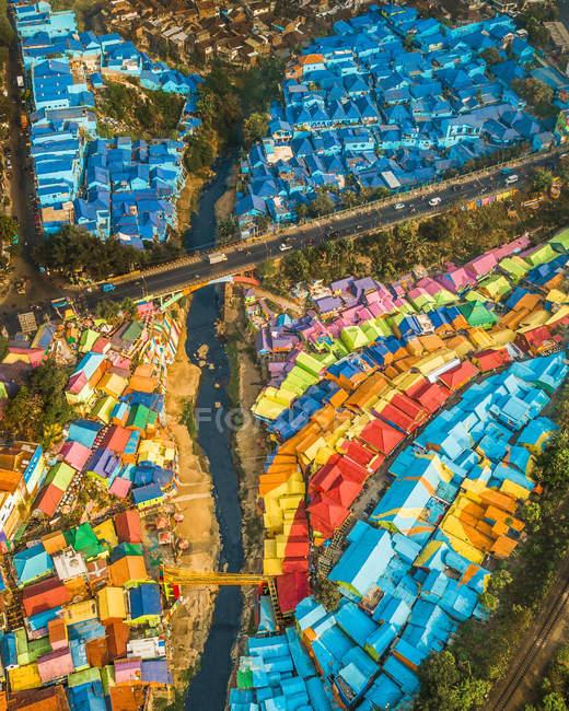 Vista aérea de telhados coloridos, ponte acima do rio e do transporte na cidade — Fotografia de Stock