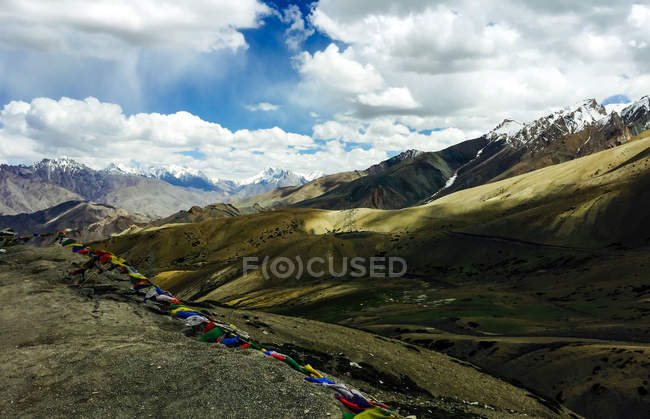Paisagem surpreendente da montanha com neve em picos e em bandeiras coloridas — Fotografia de Stock