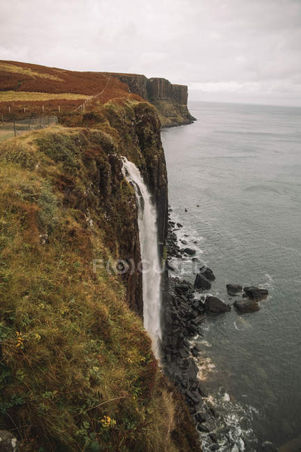 Amazing scenic view of majestic waterfall at sea cliff — Photo de stock