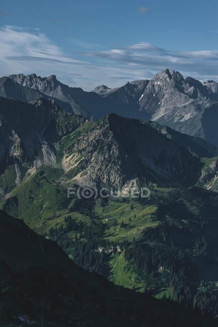 Paesaggio incredibile con montagne rocciose e vegetazione lussureggiante sui pendii — Foto stock