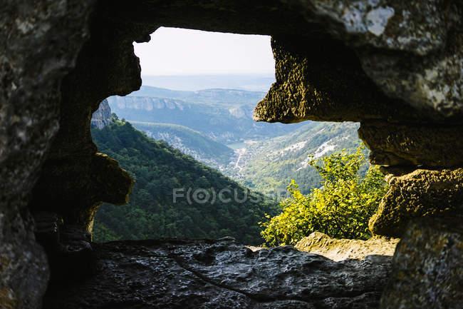 Vista através da rocha da paisagem bonita da montanha com vegetação verde — Fotografia de Stock