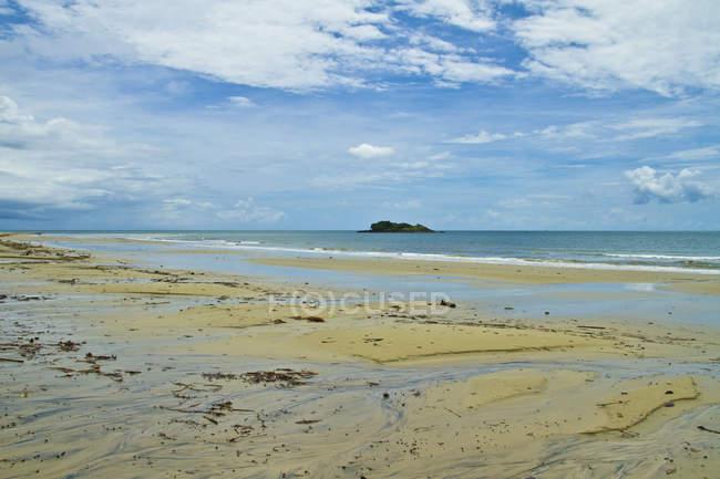Красивый естественный вид с песком и морскими волнами на пляже — стоковое фото