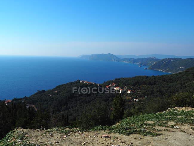 Vista aérea da vegetação verde em montes, em casas e em seascape majestoso — Fotografia de Stock