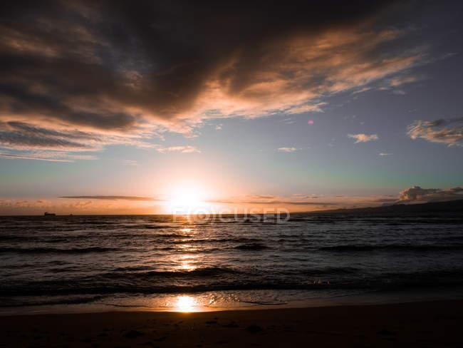 Erstaunliche natürliche Aussicht auf Dener Sonnenuntergang am Sandstrand mit Meereswellen — Stockfoto