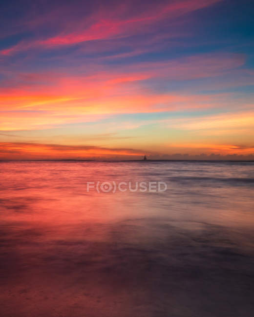 Amazing bright sunset on beautiful calm sea — Photo de stock