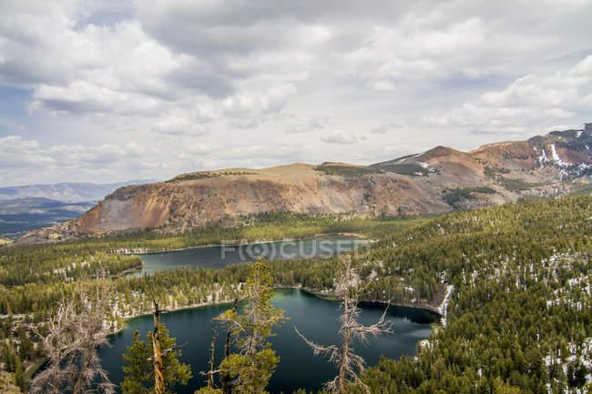 Vista aérea de árvores verdes bonitas e de lagos cénicos da montanha — Fotografia de Stock