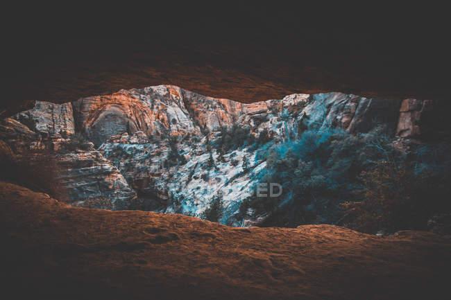 Paysage naturel étonnant avec des montagnes rocheuses et le glacier — Photo de stock