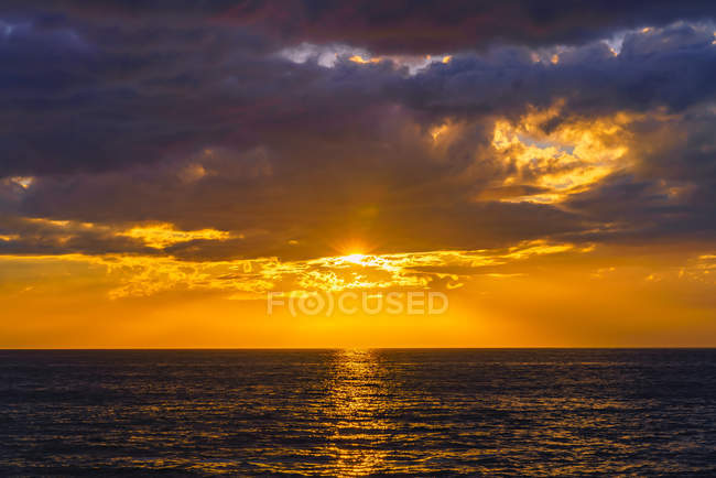 Amazing natural view with beautiful sea at scenic sunset — Stock Photo