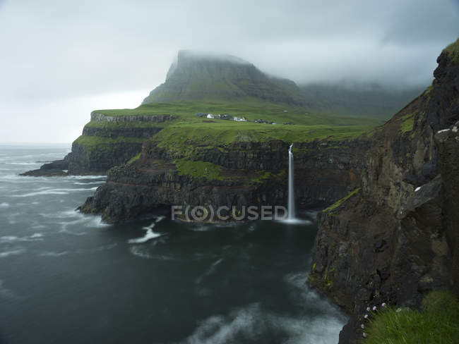 Приголомшливий вид на Скелясті гори і мальовничий морський пейзаж в похмурий день — стокове фото