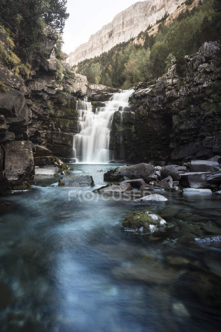 Amazing waterfall on scenic rocks during daytime - foto de stock