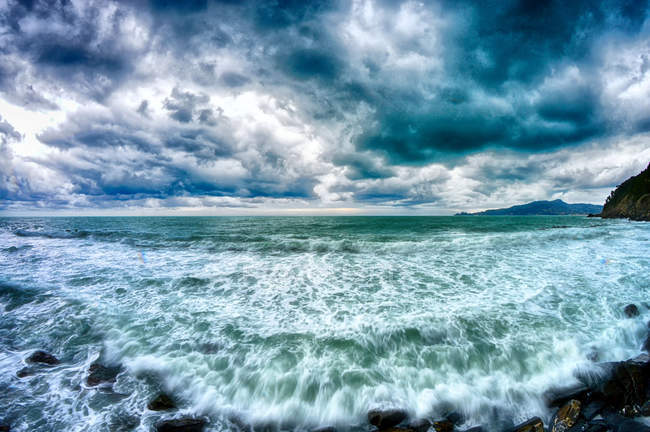 Amazing view of waves in sea water at cloudy day — стоковое фото