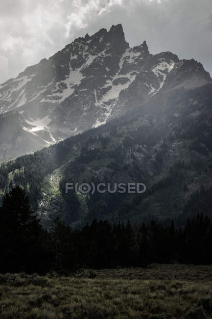 Scenic natural view of wispy clouds by mountains — Stock Photo