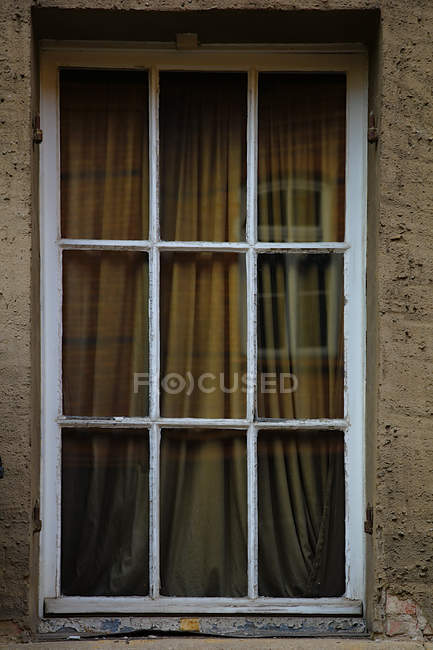 Window reflection on glass window and brown wall, full frame view - foto de stock