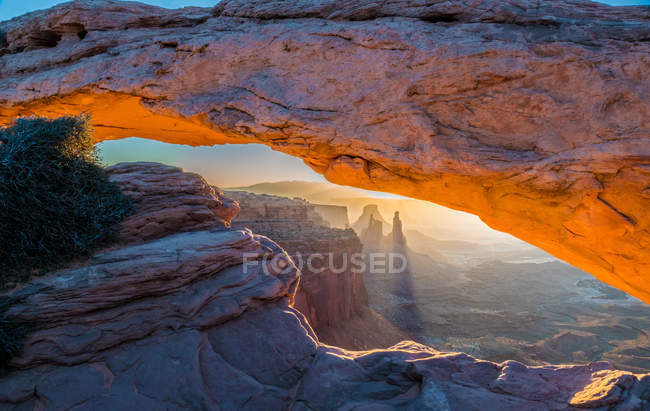 Amazing natural view with majestic rocks at Canyonlands National Park during sunrise — Foto stock
