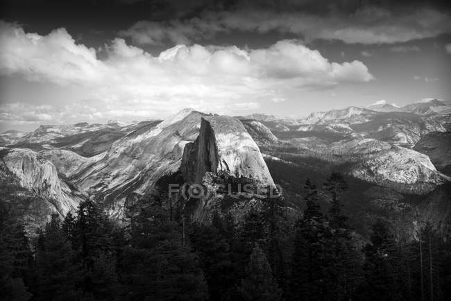 Black and white image of majestic mountains in Yosemite National Park — Stock Photo