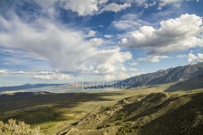 Paisagem surpreendente com montanhas, vegetação verde e céu azul com nuvens — Fotografia de Stock