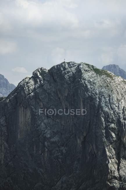 Attraversare su alta montagna rocciosa panoramica durante il giorno — Foto stock