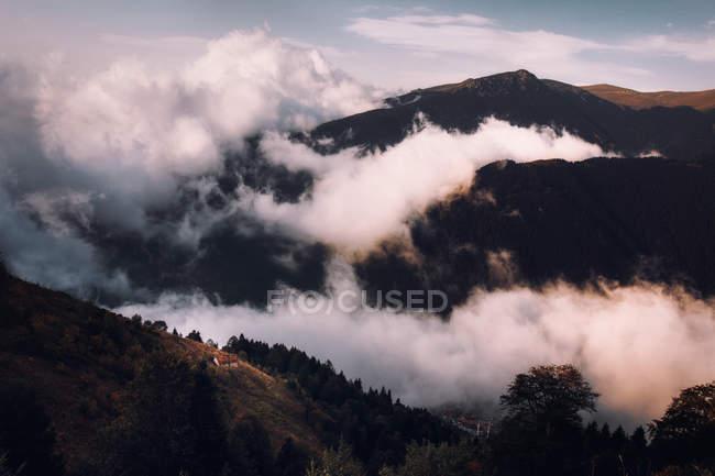 Luftaufnahme der schönen Berge mit grüner Vegetation und Wolken tagsüber bedeckt — Stockfoto
