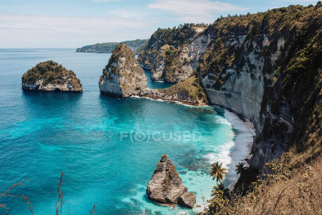 Beautiful sea coast and cliffs with green vegetation at sunny day — стокове фото