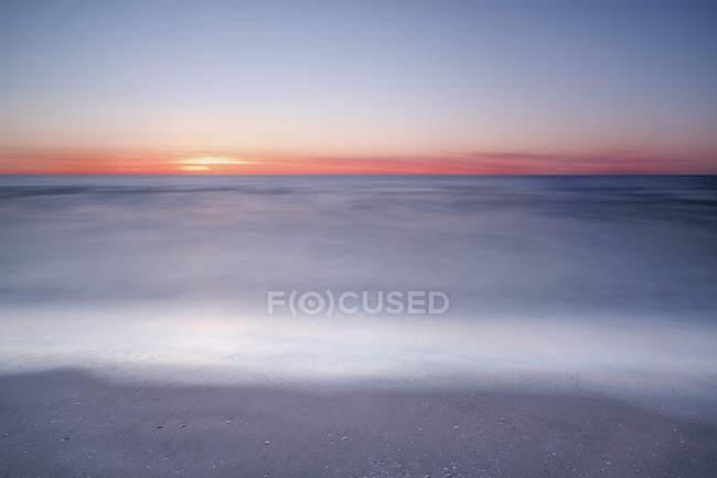 Amazing natural view of red horizon above sea at sunrise — Fotografia de Stock
