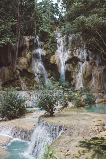 Cascadas increíbles de la montaña y hermosa vegetación verde - foto de stock