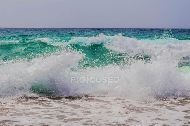 Удивительный естественный вид с тяжелыми бирюзовыми волнами воды в море — стоковое фото