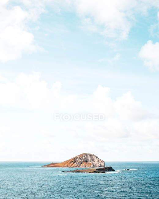 Красивый естественный вид с живописным островом в синем океане — стоковое фото