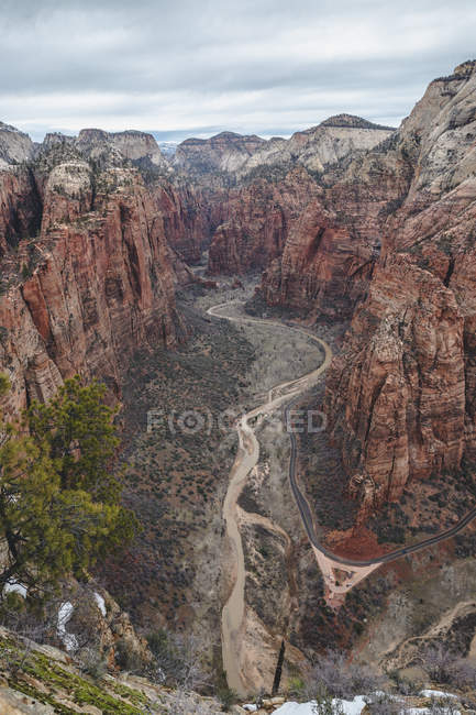 Aerial view of rocky mountains and scenic canyon - foto de stock