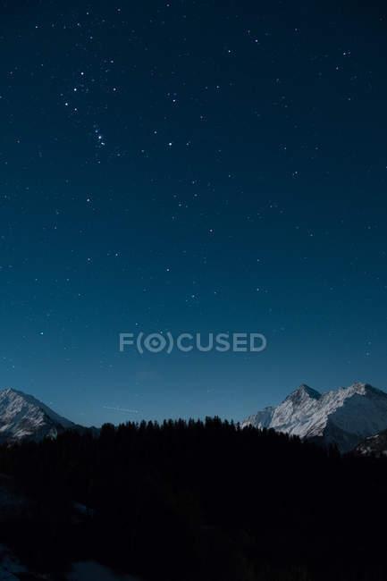 Удивительный естественный вид с лунным светом в горах ночью — стоковое фото