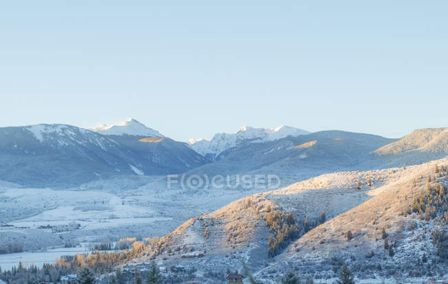 Beautiful landscape with scenic mountains covered with snow - foto de stock