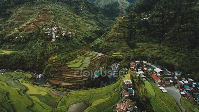 Vista aérea da vila da montanha e de terraços verdes do arroz — Fotografia de Stock