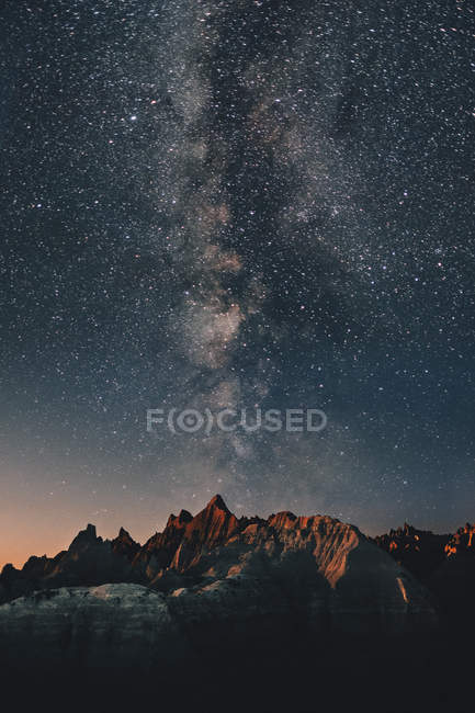 Beautiful landscape with scenic rocky mountains and starry night sky — Stock Photo