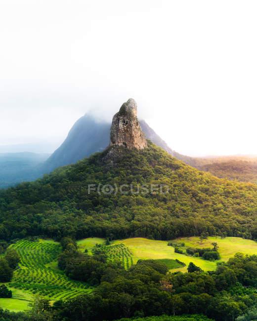 Vue majestueuse de montagne rocheuse et de collines rocheuses pittoresques couvertes de végétation verte — Photo de stock