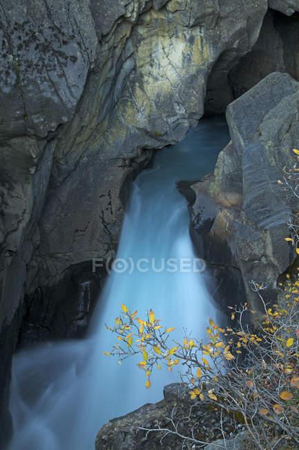 Дивовижний вид на швидку річку і водоспад між скелями — стокове фото