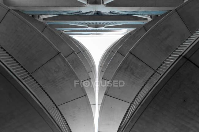 Vista di fondo del moderno edificio ad alta tecnologia contro il cielo — Foto stock