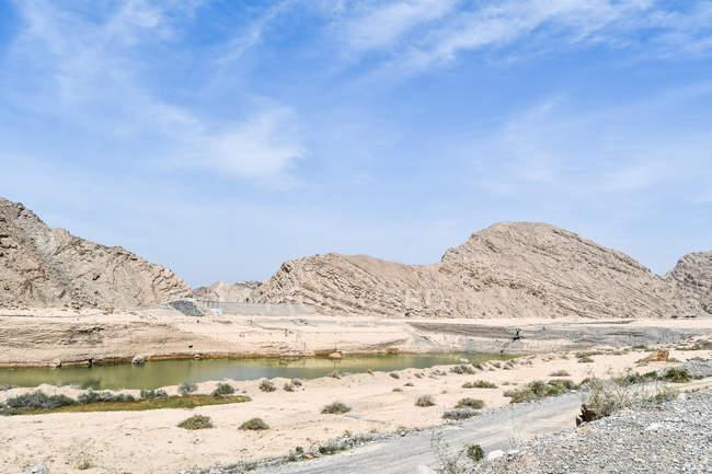 Lago bonito e montanhas rochosas cénicas no dia ensolarado — Fotografia de Stock