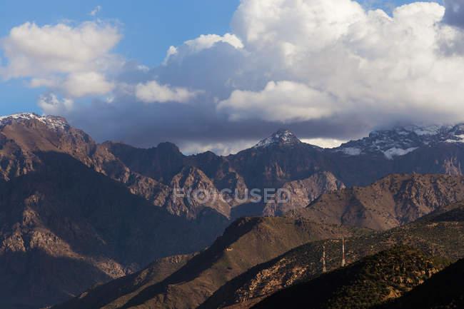 Paysage étonnant avec la belle longue chaîne de montagne sous le ciel nuageux — Photo de stock