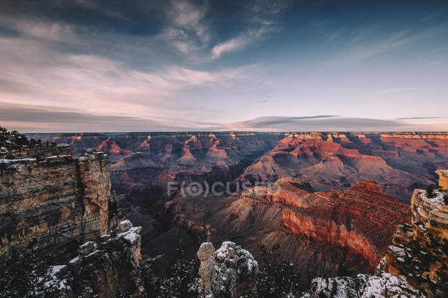 Дивовижний краєвид з мальовничими скельними утвореннями і горами в денний час — стокове фото