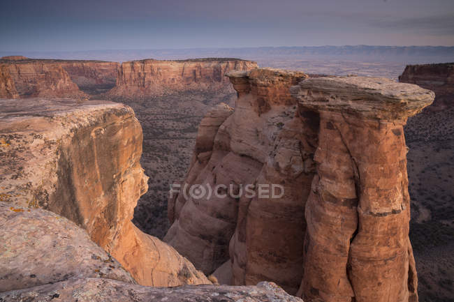 Paysage étonnant avec des formations rocheuses scéniques dans le désert pendant la journée — Photo de stock