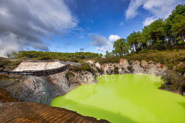 Incredibile vista naturale di acqua del lago verdastro al giorno di sole — Foto stock