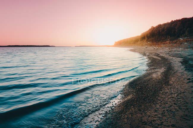 Дивовижний природний вид на гори біля мальовничого берега моря — стокове фото