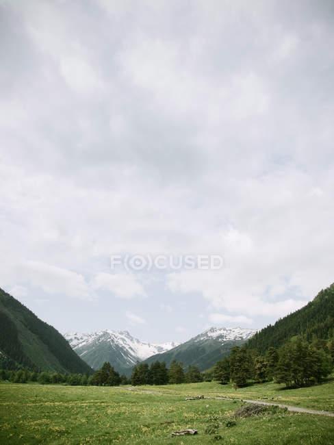 Paisagem surpreendente de montanhas cénicas com neve — Fotografia de Stock