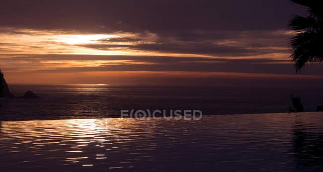 Bellissimo mare calmo e tramonto panoramico sopra l'acqua — Foto stock