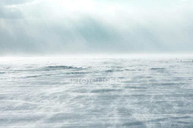 Vista natural surpreendente das ondas no oceano e no céu nebuloso — Fotografia de Stock