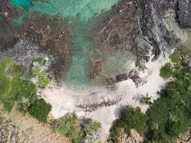 Aerial view of beautiful island covered with green vegetation and rocks in water — Fotografia de Stock